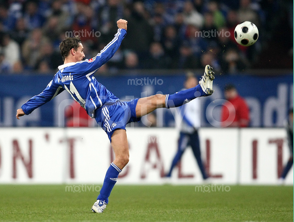 FUSSBALL     1. BUNDESLIGA     SAISON 2007/2008   20. SPIELTAG FC Schalke 04 - VfL Wolfsburg              15.02.2008 Peter LOEVENKRANDS (FC Schalke 04), Einzelaktion am Ball