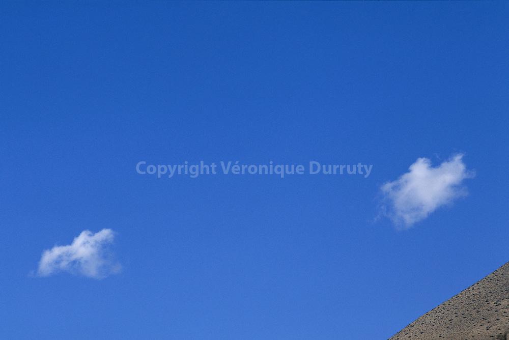deux petits nuages sur la vallee de l'Elqui, Chili