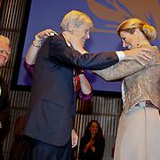 NLD/Amsterdam/20101129 - Prinses Máxima reikt Prins Bernhard Cultuurfonds Prijs 2010 uit Muziekgebouw aan het IJ, Prinses Máxima reikt prijs uit aan Frans Brüggen