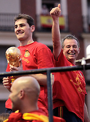 12.07.2010, Madrid, Spanien, ESP, FIFA WM 2010, Empfang des Weltmeisters in Madrid, im Bild mit dem Pokal des Weltmeisters, EXPA Pictures © 2010, PhotoCredit: EXPA/ Alterphotos/ Alvaro Hernandez / SPORTIDA PHOTO AGENCY