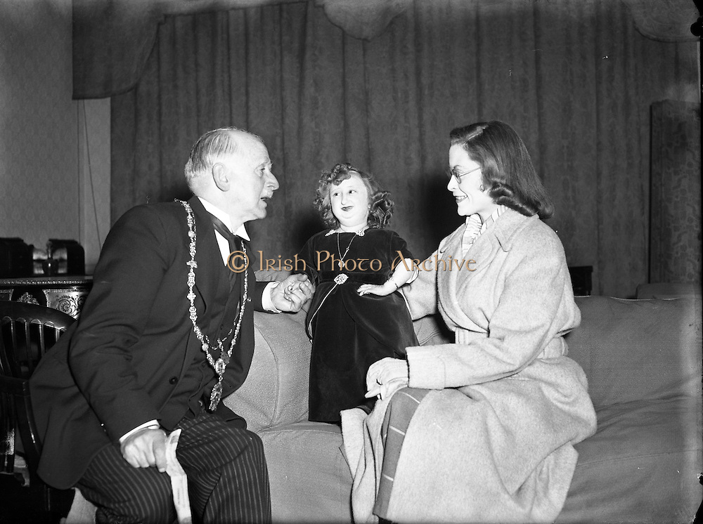 Fun Palace Amusement Centre - Presentation of Cheque on their behalf to Lord Mayor by Lady Dwarf. 29/11/1954