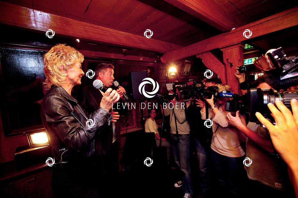 VOLENDAM - In Hotel Spaander is de nieuwe cover onthult van het magazine L'HOMO 5e editie. Met op de foto  zanger Jan Keizer en zangeres Anny Schilder. FOTO LEVIN DEN BOER - PERSFOTO.NU