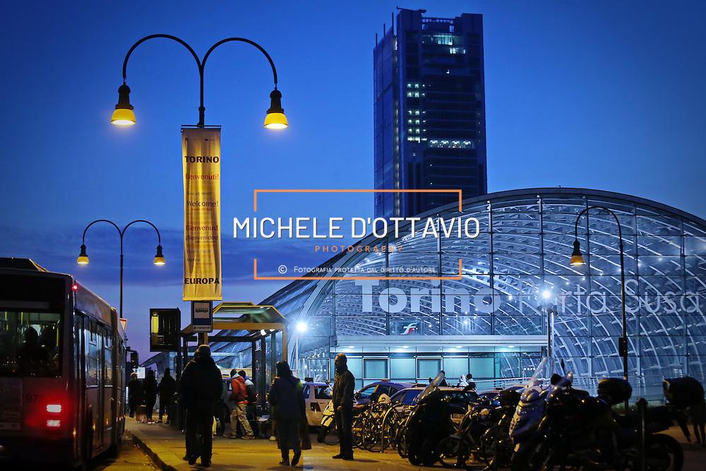 Stazione ferroviaria di Porta Susa lungo il viale della Spina Centrale di Torino sullo sfondo il grattacielo di Intesa Sanpaolo.