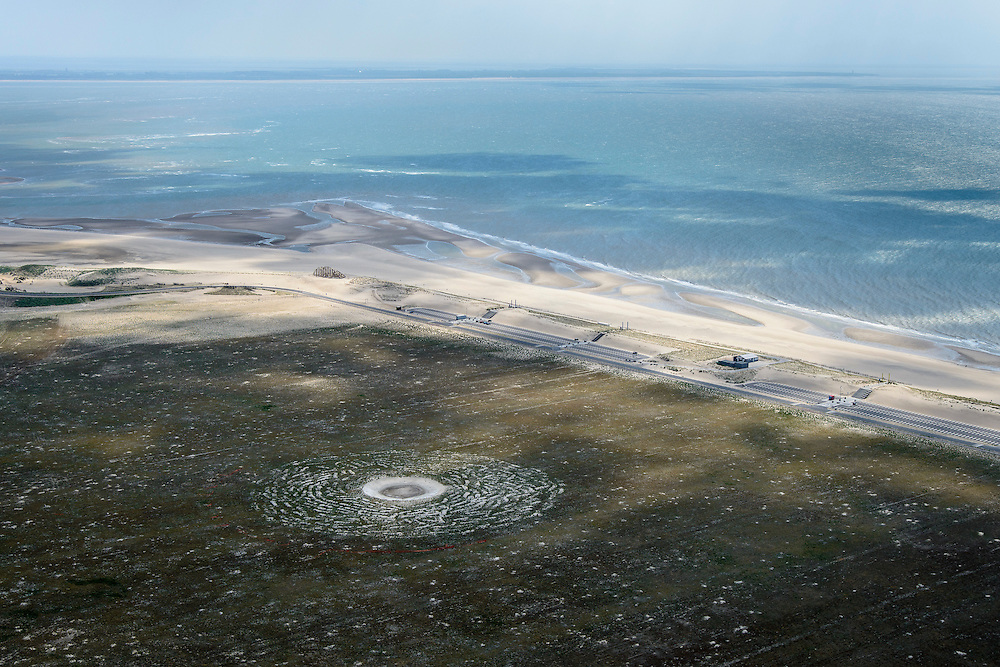 Nederland, Zuid-Holland, Rotterdam, 10-06-2015; Tweede Maasvlakte (MV2), Maasvlaktestrand met parkeerterreinen en duinovergangen die toegang geven tot het badstrand.<br /> Second Maasvlakte, Maasvlakte Beach with parking and dune crossings that provide access to the bathing beach.<br /> luchtfoto (toeslag op standard tarieven);<br /> aerial photo (additional fee required);<br /> copyright foto/photo Siebe Swart