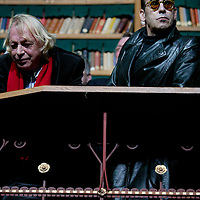 Nederland. amsterdam.30 januari 2004..Dichter Jules Deelder en schrijver Simon Vinkenoog tijdens fotosessie in bibliotheek rijksmuseum n.a.v.  60-jarig bestaan uitgeverij de Bezige Bij.