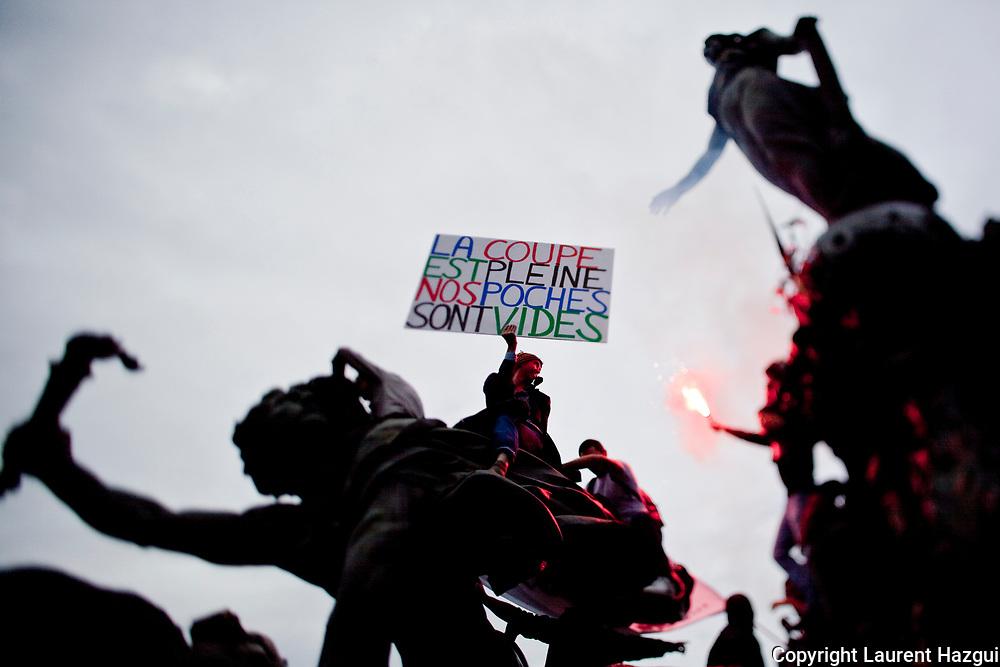02102010. Paris. Manifestation conre la rŽforme des retraites.  Jean-Baptiste ReddŽ, alias Voltuan, est l'homme ˆ la pancarte. Il est instituteur, militant et pote, connu pour ses apparitions rŽgulires dans les manifestations ˆ Paris avec ses grandes pancartes aux messages singuliers. C'est l'une des figures du mouvement sur les retraites. Pendant des annŽes, il a envoyŽ des petites annonces dans LibŽration.