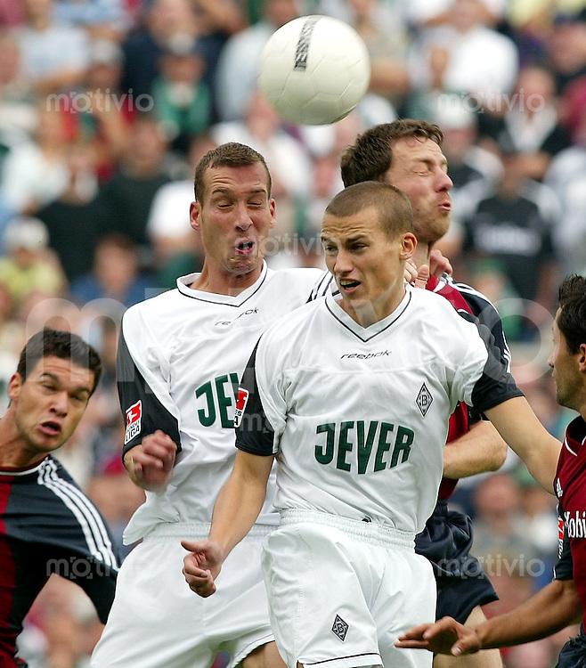 Fussball / 1. Bundesliga Saison 2002/2003         1. Spieltag Borussia Moenchengladbach - Bayern Muenchen 0:0  Thomas LINKE (re, Bayern) unterliegt gegen Jeff STRASSER (li) und Peer KLUGE (vorn, beide Moenchengladbach) im Kopfballduell.