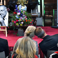 """Nederland, Amsterdam , 1 juni 2014.<br /> Zondagmiddag is Wubbo Ockels herdacht bij een dienstin de Amsterdamse Westerkerk. De ruimtevaarder overleed op 18 mei van dit jaar.<br /> Bij de herdenking warenzo'n 800 genodigden aanwezig zijn om het leven van Ockels te vieren. Hij werd 26 mei al in besloten kring begraven, maar Wubbo heeft voor zijn dood aangegeven een groots afscheid te willen. """"Het wordt dan ook geen dienst van herdenken maar van vieren"""", aldus de organisatie.<br /> Op 30 oktober 1985 maakte Wubbo Ockels als eerste Nederlander een vlucht door de ruimte. Tot aan zijn dood in 2014 was hij hoogleraar Aerospace for Sustainable Science and Technology aan de faculteit Lucht- en Ruimtevaart van de TU Delft.<br /> Op de foto: de weduwe van Wubbo Ockels Joos Ockels en zoonlief troosten elkaar tijdens de herdenking.<br /> Foto:Jean-Pierre Jans"""