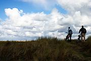 Edwin de Boer en Paul Ruiterman kijken vanaf een duin naar de Dodemanskisten op Terschelling