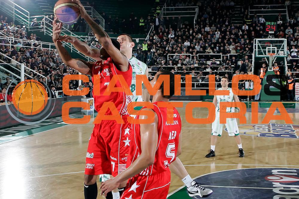 DESCRIZIONE : Avellino Final 8 Coppa Italia 2010 Quarto di Finale Armani Jeans Milano Air Avellino<br /> GIOCATORE : Mike Hall<br /> SQUADRA : Armani Jeans Milano<br /> EVENTO : Final 8 Coppa Italia 2010 <br /> GARA : Armani Jeans Milano Air Avellino<br /> DATA : 18/02/2010<br /> CATEGORIA : rimbalzo<br /> SPORT : Pallacanestro <br /> AUTORE : Agenzia Ciamillo-Castoria/A.De Lise<br /> Galleria : Lega Basket A 2009-2010 <br /> Fotonotizia : Avellino Final 8 Coppa Italia 2010 Quarto di Finale Armani Jeans Milano Air Avellino<br /> Predefinita :