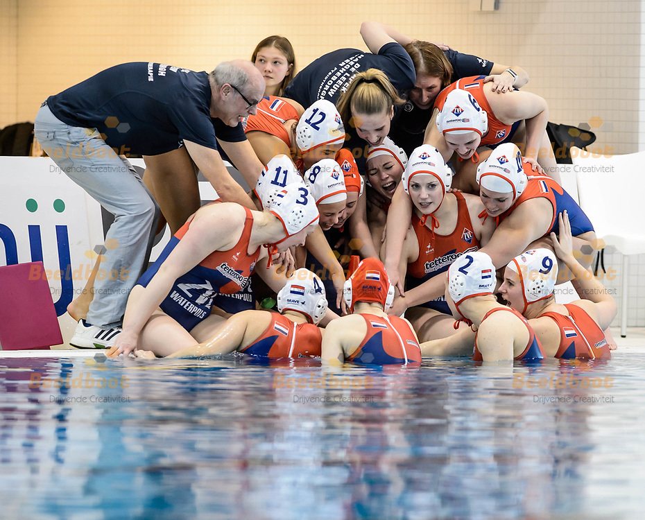 11-03-2018: Waterpolo: Vrouwen ZVL v Polar Bears: Den Haag<br /> <br /> (L-R) Team ZVL tijdens KNZB bekerfinale tussen dames ZVL en Polar Bears in het Hofbad in Den Haag<br /> <br /> KNZB beker dames - Seizoen 2017 / 2018<br /> <br /> Foto: Gertjan Kooij