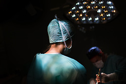 THEMENBILD - Chrurg im Operationssaal bei einem kosmetischen Eingriff. Aufgenommen am 10.03.2017 in Wien, Österreich // Surgeon doing a cosmetic surgery. Vienna, Austria on 2017/03/10. EXPA Pictures © 2017, PhotoCredit: EXPA/ Michael Gruber