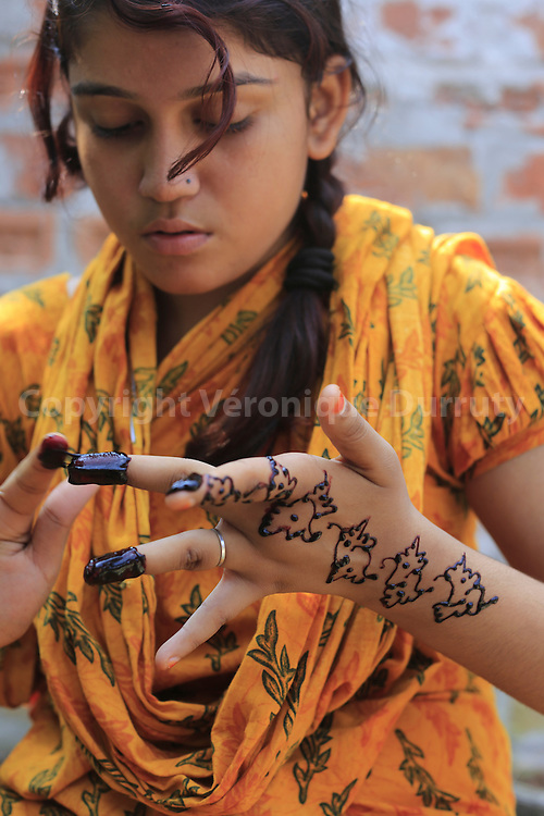 With about 1800 girls, Daulotdia brothel is one of the biggest brothels in the world. Bithe, 13 years old prostitute, making Henne pattern// avec environ 1800 filles, le bordel de Daulotdia au Bangladesh est l un des plus grands bordels du monde. Bithe, prostituée de 13ans, se fait le henné