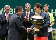 Wirtschaftsminister Sigmar Gabriel gratuliert Roger Federer (SUI) und &uuml;berreicht den Pokal , <br /> Endspiel, Final, Siegerehrung,Pr&auml;sentation,<br /> <br /> Tennis - Gerry Weber Open - ATP 500 -  Gerry Weber Stadion - Halle / Westf. - Nordrhein Westfalen - Germany  - 21 June 2015. <br /> &copy; Juergen Hasenkopf