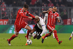 20.02.2018, Allianz Arena, Muenchen, GER, UEFA CL, FC Bayern Muenchen vs Besiktas Istanbul, Achtelfinale, Hinspiel, im Bild vl. Javier Martinez (FC Bayern Muenchen) Talisca (Besiktas Istanbul) und Arturo Vidal (FC Bayern Muenchen), // during the UEFA Champions League round of 16, 1st Leg Match match between FC Bayern Muenchen and Besiktas Istanbul at the Allianz Arena in Muenchen, Germany on 2018/02/20. EXPA Pictures © 2018, PhotoCredit: EXPA/ Eibner-Pressefoto/ Stuetzle<br /> <br /> *****ATTENTION - OUT of GER*****