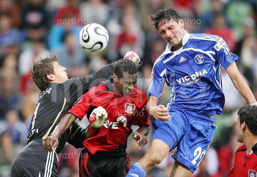 Fussball  1. Bundesliga   Saison 2006/2007    6. Spieltag Bayer 04 Leverkusen - FC Schalke 04           Joerg BUTT (li), JUAN (Mitte, beide Leverkusen) und Kevin KURANYI (re, Schalke) im Kampf um den Ball