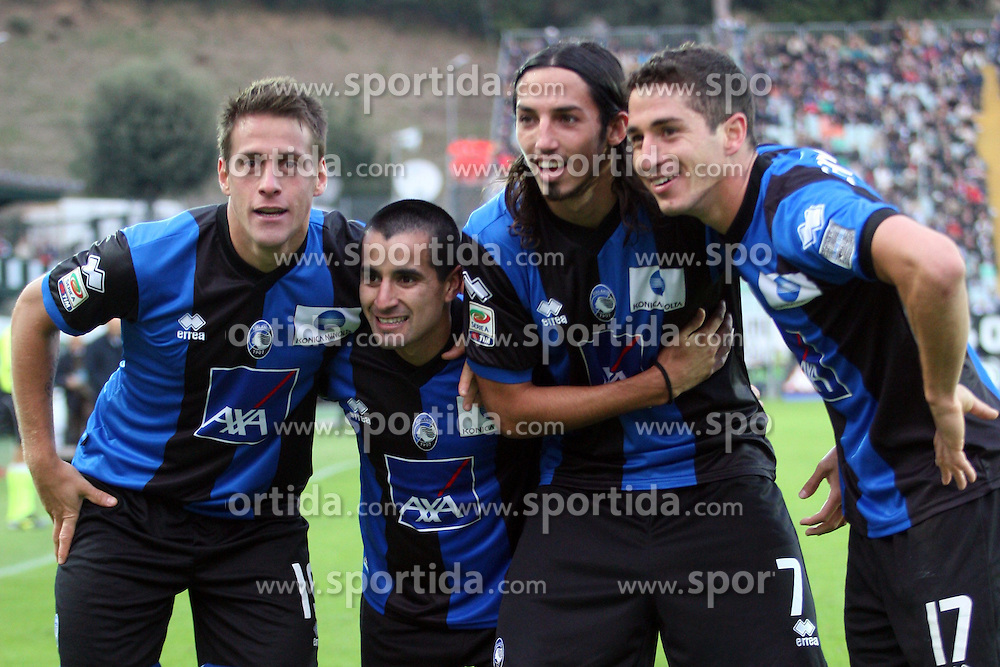 20.11.2011, Stadion Communale Artemio Franchi, Siena, ITA, Serie A, AC Siena vs Atalanta Bergamo, 12. Spieltag, im Bild Esultanza dopo il gol di German Denis (Atalanta) con Ezequiel Schelotto, Maximilan Moralez e Carmona (Atalanta), Goal Celebration German Denis (Atalanta) // during the football match of Italian 'Serie A' league, XXXth round, between AC Siena and Atalanta Bergamo at Comunale Artemio Franchi stadium, Siena, Italy on 20/11/2011. EXPA Pictures © 2011, PhotoCredit: EXPA/ Insidefoto/ Luca Pagliaricci..***** ATTENTION - for AUT, SLO, CRO, SRB, SUI and SWE only *****