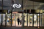 Nederland, the Netherlands, Arnhem, 11-11-2015Het nieuwe station van de gelderse hoofdstad wordt binnenkort officieel geopend. De ov terminal met parkeergarage en fietsenstalling is klaar. De ingewikkelde architectuur heeft het bouwproject veel problemen en vertraging opgeleverd. Het is dan ook een architectonisch en bouwkundig hoogstandje. Het ontwerp voor het station is gedaan door architectenbureau UNStudio, Ben van Berkel. Uiteindelijk heeft de bouw 18 jaar en 90 miljoen euro, veel meer als aanvankelijk begroot, gekost.FOTO: FLIP FRANSSEN/ HH