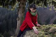 Françoise Reyroud est ceuilleuse de plantes. Elle les transforem en tisanes, pommades, salades et les vends dans son magasin à Cerniat. Dans le cadre des activités du PNR Gruyère elle propose des ateliers pour familles, enfants et adultes. © Romano P. Riedo