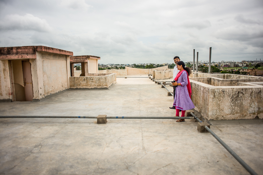 CAPTION: Megha Burvey from TARU and Alok Pandey from Indore Development Authority discuss the cool roof technologies being piloted. LOCATION: Pink City, Indore, Madhya Pradesh, India. INDIVIDUAL(S) PHOTOGRAPHED: Alok Pandey and Megha Burvey.