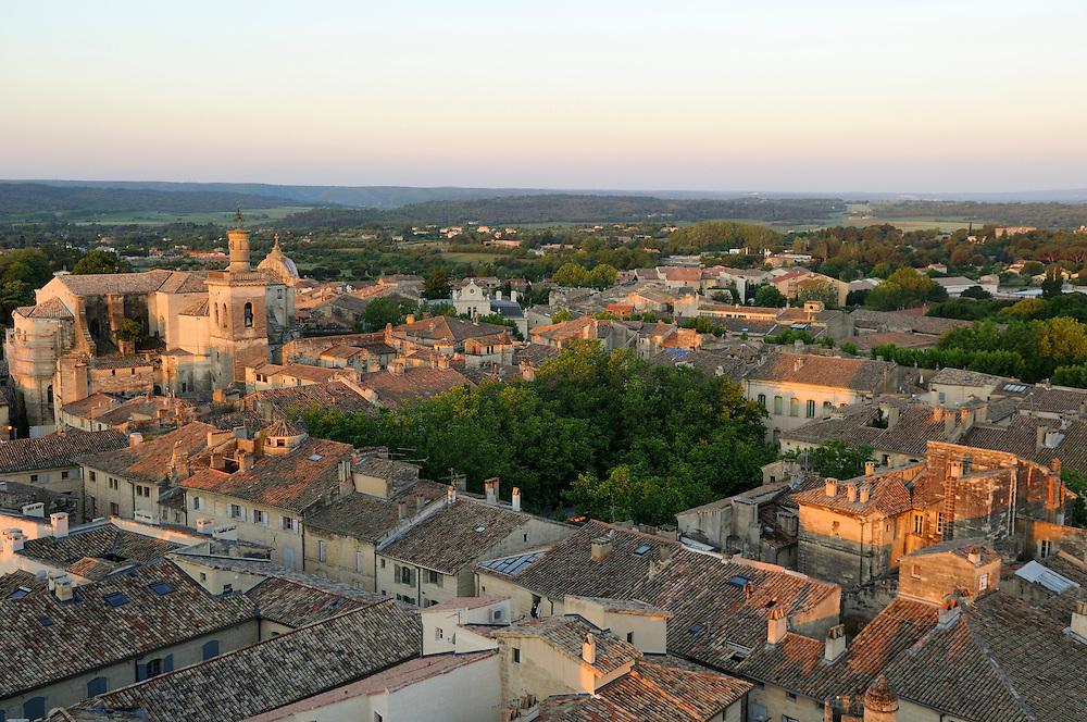 France, Languedoc Roussillon, Gard, Uzège, Uzès, la place aux herbes, l'église Saint-Etienne