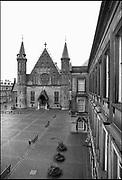 Nederland, Den Haag, 16-12-1989 De Ridderzaal en de fontein op het Binnenhof, centrum van de nederlandse politiek. Foto: Flip Franssen/Hollandse Hoogte