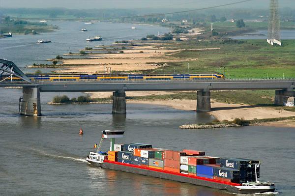 Nederland, Nijmegen, 13-10-2010Gezicht op de Waal. Spoorbrug met trein van de ns, n.s.., spoorwegen. Foto: Flip Franssen/Hollandse Hoogte