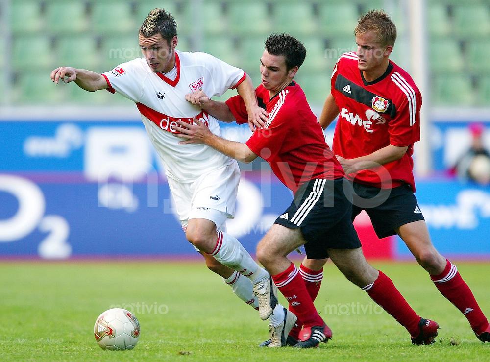 Fussball / DFB Pokal Saison 2003/2004   1. Hauptrunde Bayer 04 Leverkusen (A) - VfB Stuttgart 0:4  Christian TIFFERT (li, VfB) enteilt David MUELLER (mi) und Sebastian SCHOOF (re, beide Leverkusen)
