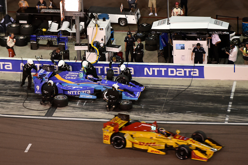 Verizon IndyCar Series<br /> Desert Diamond West Valley Phoenix Grand Prix<br /> Phoenix Raceway, Avondale, AZ USA<br /> Saturday 29 April 2017<br /> Scott Dixon, Chip Ganassi Racing Teams Honda pit stop<br /> World Copyright: Scott R LePage<br /> LAT Images<br /> ref: Digital Image lepage-170429-phx-4967