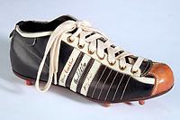 Fotball<br /> Foto: imago/Digitalsport<br /> NORWAY ONLY<br /> <br /> 15.09.1954 <br /> <br /> Originalschuh von Fritz Walter (Deutschland), Kapitän der Weltmeistermannschaft von 1954. Entwickelt wurde der Schuh mit den patentierten Schraubstollen von Adolf Adi Dassler, dem Firmengründer der heutigen Adidas Salomon AG