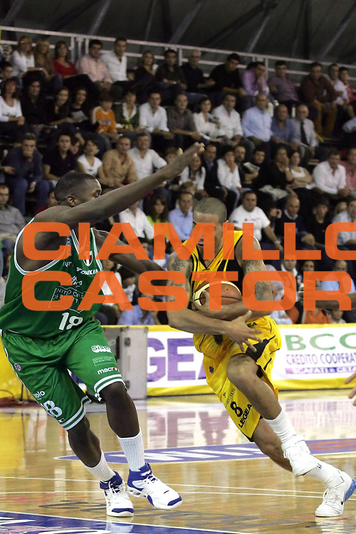 DESCRIZIONE : Scafati Lega A1 2006-07 Legea Scafati Benetton Treviso <br /> GIOCATORE : Apodaca<br /> SQUADRA : Legea Scafati<br /> EVENTO : Campionato Lega A1 2006-2007 <br /> GARA : Legea Scafati Benetton Treviso  <br /> DATA : 22/10/2006 <br /> CATEGORIA : Penetrazione<br /> SPORT : Pallacanestro <br /> AUTORE : Agenzia Ciamillo-Castoria/A.De Lise