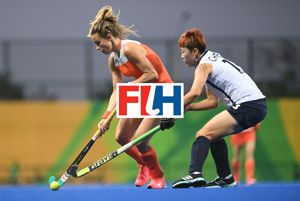Netherland's Ellen Hoog (L) fights for the ball with South Korea's Cheon Eunbi during the women's field hockey Netherlands vs South Korea match of the Rio 2016 Olympics Games at the Olympic Hockey Centre in Rio de Janeiro on August, 8 2016. / AFP / MANAN VATSYAYANA        (Photo credit should read MANAN VATSYAYANA/AFP/Getty Images)