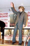06 OCT 2002 MILANO : ALLA LIBRERIA FELTRINELLI DI PIAZZA PIEMONTE DAVID BOWIE HA FIRMATO AUTOGRAFI IN OCCASIONE DELL'USCITA DEL SUO NUOVO DISCO DELLA SONY MUSIC. © CARLO CERCHIOLI