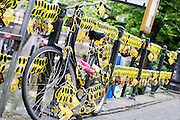 Een leuning en fiets op de Oudegracht zijn versierd met gele brillen. In Utrecht is de tweede etappe vanTour de France van start gegaan.<br /> <br /> In Utrecht the second stage of the Tour de France has started