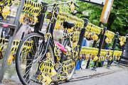 Een leuning en fiets op de Oudegracht zijn versierd met gele brillen. In Utrecht is de tweede etappe vanTour de France van start gegaan.<br /> <br /> In Utrecht the second stage of the Tour de France has started