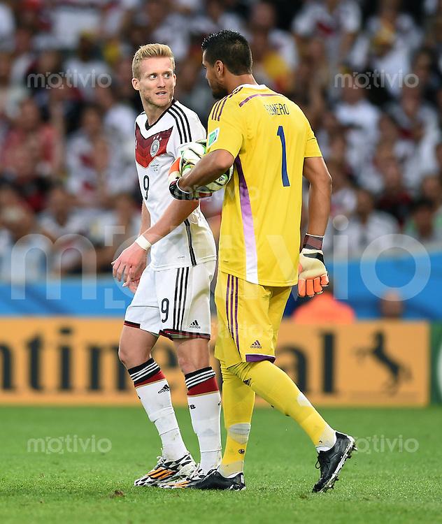 FUSSBALL WM 2014                FINALE Deutschland - Argentinien     13.07.2014 Andre Schuerrle (li, Deutschland) und Torwart Sergio Romero (re, Argentinien) sind nicht einer Meinung