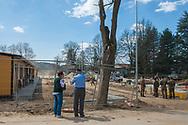 Amatrice, 13/04/2017: coppia di anziani osserva il cantiere di costruzione delle case provvisorie per gli sfollati del terremoto.<br /> &copy; Andrea Sabbadini
