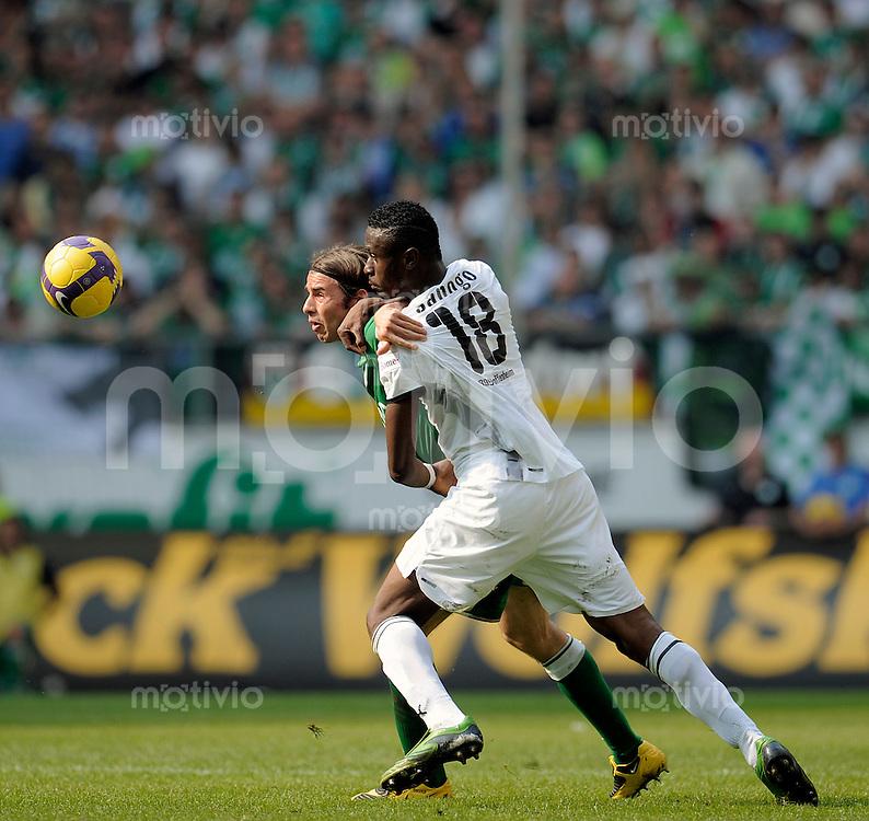 Fussball    1. Bundesliga     Saison 2008/2009    30. Spieltag VfL Wolfsburg - TSG 1899 Hoffenheim        02.05.2009  Boubacar SANOGO (re, Hoffenheim) im Zweikampf mit Andrea BARZAGLI (hinten, Wolfsburg).
