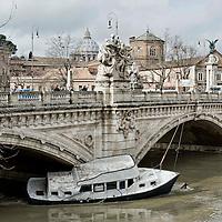 Roma, il Tevere in piena