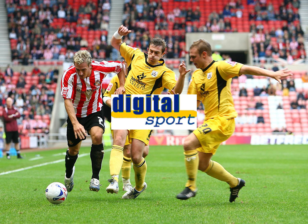 Photo: Andrew Unwin.<br />Sunderland v Barnsley. Coca Cola Championship. 21/10/2006.<br />Sunderland's Liam Lawrence (L) tries to get away from Barnsley's Paul Hayes (C) and Robbie Williams (R).