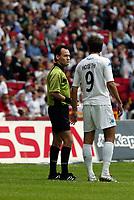 Dommer Nicolai Vollquartz viser FCKs Magne Hoseth ud.FC København måtte vente til Superligaens femte spillerunde, før sæsonens første sejr blev en realitet. Men søndag blev det til en sejr på 3-2 over gæsterne fra AaB, der ellers var foran to gange. <br /> Med sejren fordoblede FCK sit pointtal til seks, men mestrene er stadig tredjesidst.<br /> (Jan Sommer / POLFOTO)<br /> NORWAY ONLY