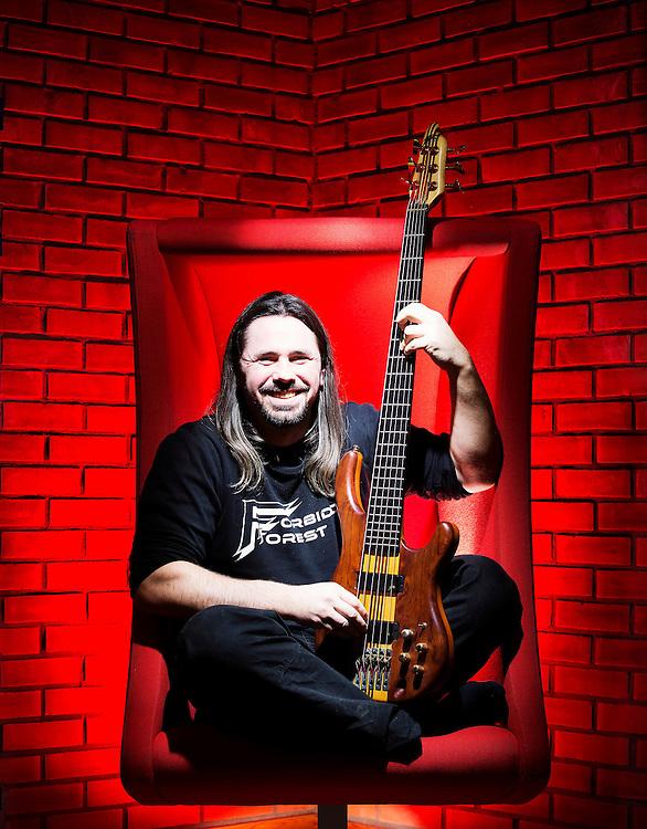 DRAMMEN 2015-01-08: Raymond Smith spiller bass i heavy metal-gruppen Forbidden Forest. FOTO:WERNERJUVIK