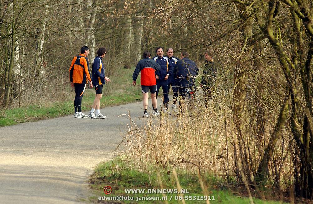 Rene Froger, prins Pieter Christiaan, Marc Klein Essink, Frank Schmitt, Mike Belinfante trainen voor de marathon