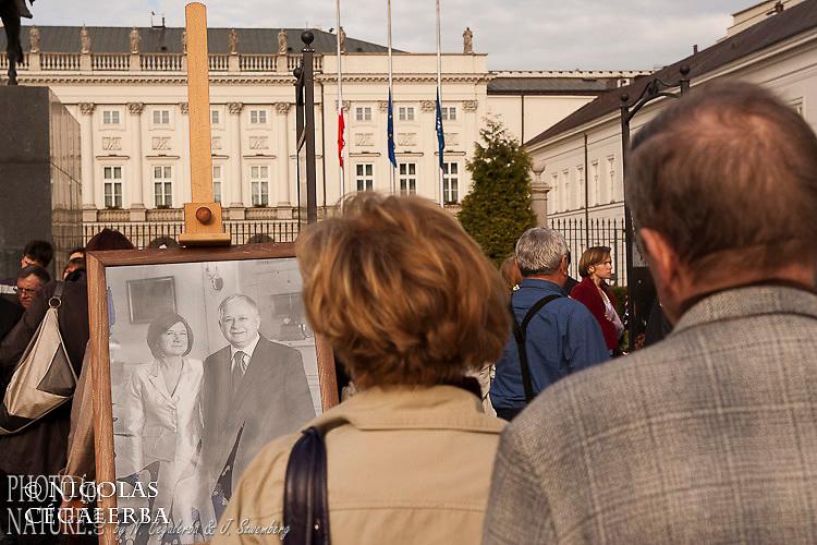 Foule réunie devant le palais présidentiel lors de la mort du Président polonais Lech Kasinski