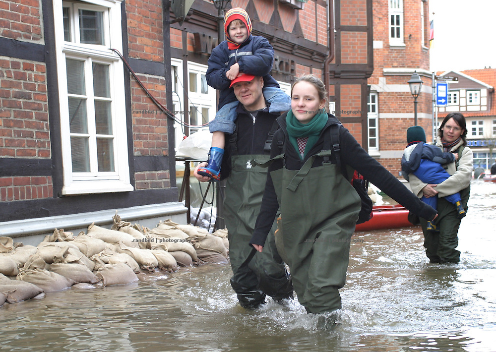 Bewohner der vom Hochwasser überfluteten niedersächsischen Stadt Hitzacker waten durch das Elbewasser...Inhabitants of Hitzacker walking through the floods.