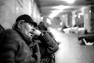 Roma 1996..<br /> Caritas, Ostello di Via Giolitti<br /> un uomo riposa nel dormitorio
