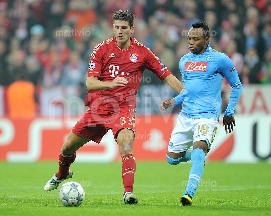 FUSSBALL   CHAMPIONS LEAGUE   SAISON 2011/2012     02.11.2011 FC Bayern Muenchen - SSC Neapel Mario Gomez (li, FC Bayern Muenchen) gegen Juan Zuniga (SSC Neapel)