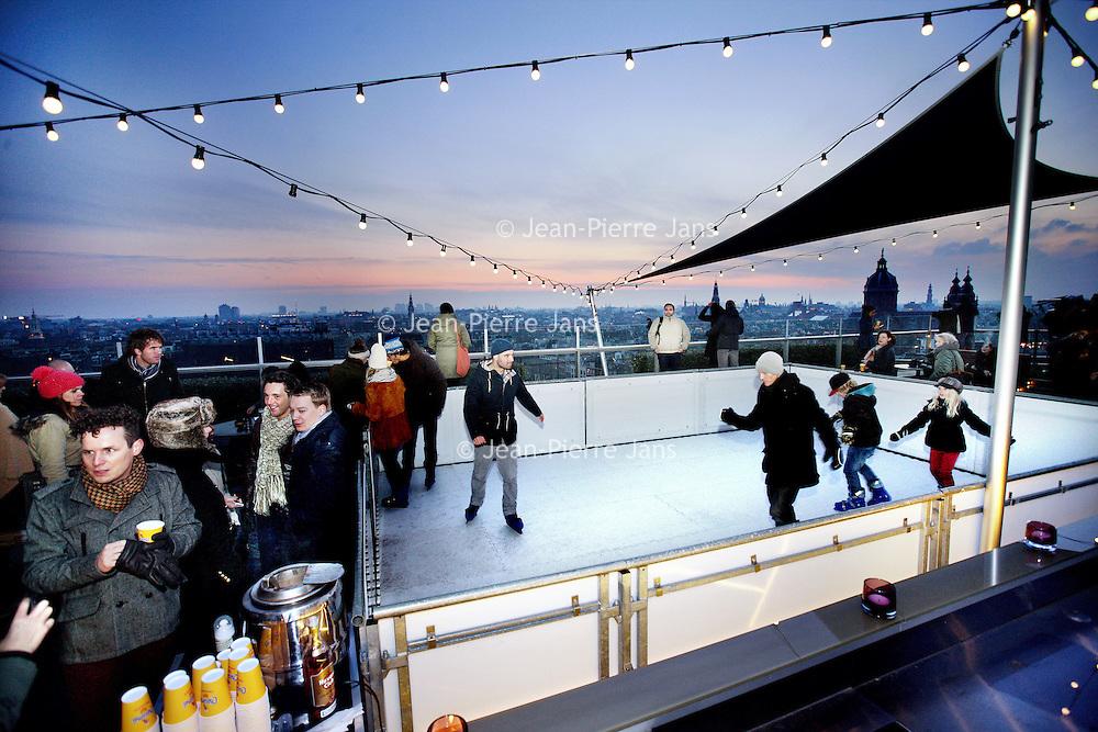 Nederland, Amsterdam , 12 januari 2013.<br /> DoubleTree by Hilton Amsterdam Centraal Station<br /> Schaatsen op het dak.<br /> Zwieren met uitzicht op prachtig Amsterdam? Het bekende dakterras van DoubleTree wordt omgetoverd tot de hoogste ijsbaan van Amsterdam. Begeef je tussen de sterren op het ijs.<br /> Cocktails in de SkyLounge & buitenbarTijdens het schaatsen kan er een drankje worden besteld aan de buitenbar en na de sportieve uitspattingen worden er cocktails en andere dranken geserveerd in de warme SkyLounge.<br /> Foto:Jean-Pierre Jans