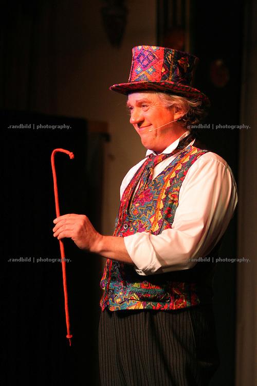Juno, Moderator der Lachparade 2008 im niedersächsischen Waddeweitz, führt kleine Zaubereien vor.