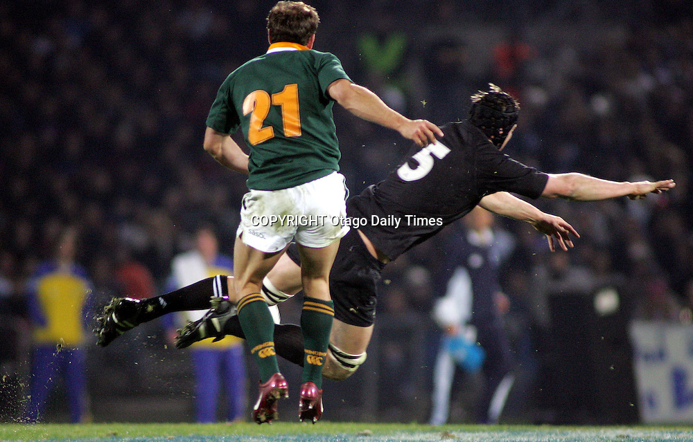 Ali Williams attempts to charge down a kick by South Africa's Jaco Van der Westhuyzen<br />